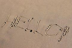 Inskrypcja na żółtym piasku wymazuje denną fala, odpoczynek plaża, cześć Zdjęcia Stock
