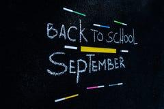 Inskrypcja na asfalcie z biel kredą z powrotem szkoła, kolorowi markiery i żółta linia, zdjęcia stock