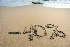 Inskrypcja na piasku minus czterdzieści procentów, 40%, morze fala na t zdjęcie stock