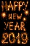 Inskrypcja 2019 nowy rok sparklers odizolowywający na czerni zdjęcie royalty free