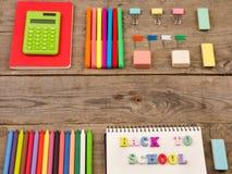 inskrypcja & x22; popiera school& x22; , kalkulator, notepads, markiery i inny materiały na brown drewnianym stole, obrazy royalty free