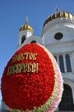 Inskrypcja w rosjaninie - Chrystus Wzrasta Wielkanocny jajko przy katedr? Chrystus wybawiciel w Moskwa obraz royalty free