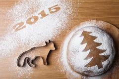 Inskrypcja 2015 z formą lis i piernikowi boże narodzenia t Fotografia Royalty Free