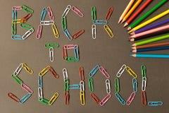 Inskrypcja z powrotem szkoła na blackboard barwiony pape obrazy royalty free