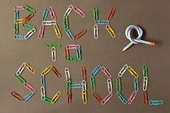 Inskrypcja z powrotem szkoła na blackboard barwiony pape zdjęcia royalty free