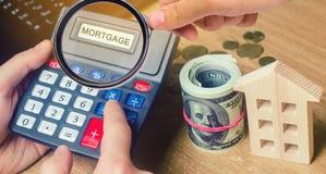 Inskrypcji hipoteka na kalkulatorze Pojęcie cyrklowanie interes na hipotecznej pożyczce Procenty hipoteczni Kupujący dom wewnątrz zdjęcie royalty free