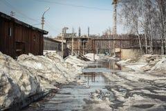 Insnöad smältning en industriområde Arkivfoton