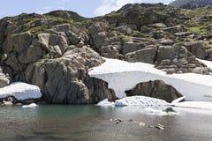 Insnöad sommar Pyreneesna Royaltyfri Foto