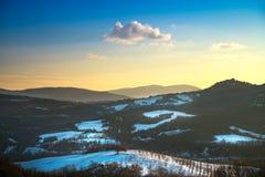 Insnöade Tuscany Vinterpanoramasikt på solnedgången italy siena arkivfoton