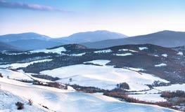 Insnöade Tuscany Vinterpanoramasikt på solnedgången italy siena arkivfoto