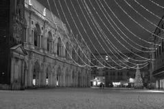 Insnöat den huvudsakliga fyrkanten av Vicenza City i Italien och den mest fa Arkivfoto
