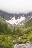Insnöat en kanjonhöjdpunkt i de alpina bergen royaltyfri foto
