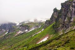 Insnöat en kanjonhöjdpunkt i de alpina bergen arkivfoton