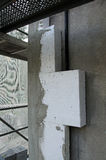 Insolating en byggnad med polystyren Arkivfoton