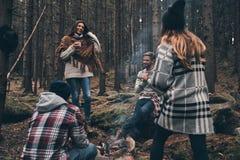 Insouciant et heureux Groupe des jeunes heureux se tenant autour Images stock