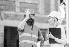Inspeção, correções e multas da construção Conceito do inspetor da segurança Discuta o projeto do progresso Inspetor e fotografia de stock
