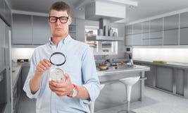 Inspeção de alimento na cozinha imagem de stock