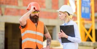 Inspeção do projeto de construção Inspeção, correções e multas da construção Conceito do inspetor da segurança discuta imagens de stock
