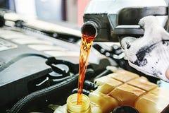 Inspeção e manutenção do carro imagens de stock