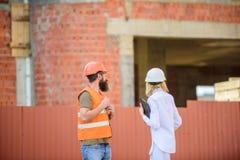 Inspección de la seguridad del emplazamiento de la obra Discuta el proyecto del progreso Concepto del inspector de la seguridad I fotos de archivo