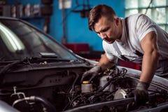 Inspección del coche en la tienda del mecánico Imagen de archivo libre de regalías
