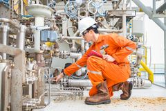 Inspección mecánica del inspector en el compresor de la turbina de gas para encontrar una condición anormal imagen de archivo