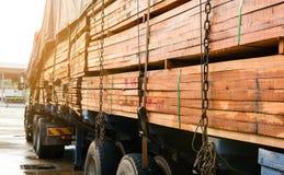 Inspección que espera del parque del camión del transporte de la madera para foto de archivo