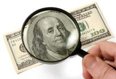 Inspecionando cem dólares Bill Fotografia de Stock