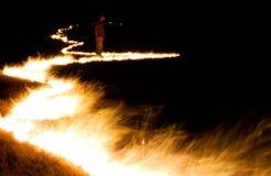 Inspecionando um fogo selvagem Foto de Stock Royalty Free