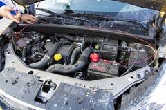 Inspecionando um motor de automóveis Fotos de Stock