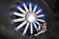 Inspecionando um túnel de vento imagem de stock royalty free