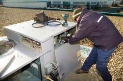 Inspecionando a unidade superior do telhado Imagem de Stock Royalty Free