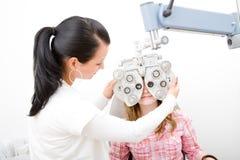 Inspecteer een patiënt in oftalmologiearbeid Royalty-vrije Stock Foto's