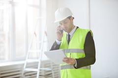 Inspecteur au chantier de construction photo stock