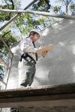 Inspecteur des bâtiments sur l'échafaudage Photos stock