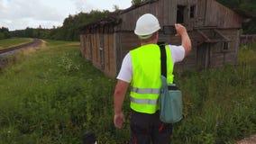Inspecteur die de verlaten bouw controleren stock footage