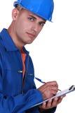 Inspecteur die op een klembord schrijven Stock Fotografie