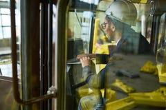 Inspecteur du travail vérifiant des tracteurs images stock