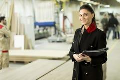 Inspecteur féminin à l'industrie du meuble image stock