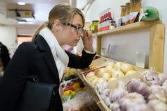 Inspecteur féminin dans l'épicerie photo libre de droits