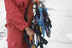 Inspecteur montrant l'équipement d'accès de corde photo stock
