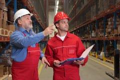 Inspecteurs dans l'entrepôt Photographie stock