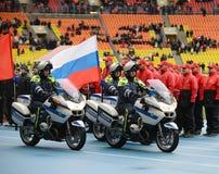 Inspecteurs van verkeerspolitie bij het stadion ` Luzhniki ` met vlaggen Royalty-vrije Stock Foto's