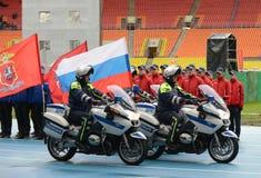Inspecteurs van verkeerspolitie bij het stadion ` Luzhniki ` met vlaggen Royalty-vrije Stock Afbeeldingen
