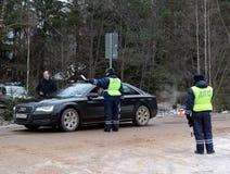 Inspecteurs van verkeerspolitie op de de winterweg Royalty-vrije Stock Afbeeldingen