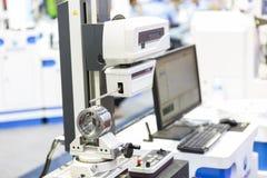 Inspectie automobieldeel die door contour machine meten Royalty-vrije Stock Fotografie