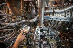 Inspectie van een motor die van de gasturbine een Videoendoscoop met behulp van Zoeken voor tekorten binnen de turbine en het sch stock foto