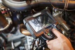 Inspectie van een motor die van de gasturbine een Videoendoscoop met behulp van Zoeken voor tekorten binnen de turbine en het sch royalty-vrije stock afbeeldingen