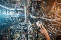 Inspectie van een motor die van de gasturbine een Videoendoscoop met behulp van Zoeken voor tekorten binnen de turbine en het sch stock afbeelding