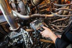 Inspectie van een motor die van de gasturbine een Videoendoscoop met behulp van Zoeken voor tekorten binnen de turbine en het sch royalty-vrije stock foto's